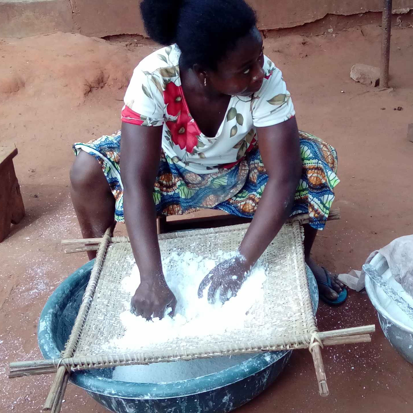 Gather in cooperatives the women transforming cassava into tapioca